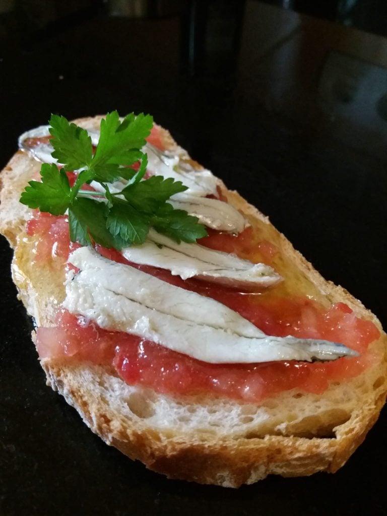boquerones en vinagre con tosta de pan